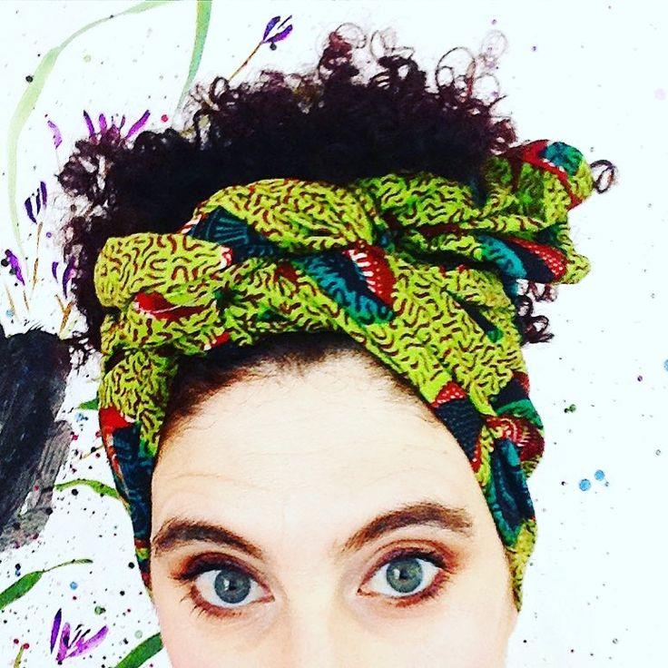 #afro #afropunk #africanprint #africanfabric #grayeyes #curlyhair #bigeyes #headscarf #headband #summer #summervibes #verano #sol #sun 🌞El sol del verano hace que me ponga de mala leche, por que necesito grandes dosis de protector solar. No me gusta ducharme 🚿 tres veces al día. Y encima me lloran los ojos. UN CUADRO!. Así que o me planto un pañuelo africano o me camuflo con la pared.