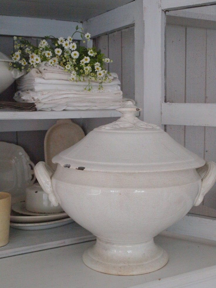 I just love the look of ironstone tureen, old linen napkins and greenery !