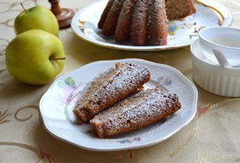 Máte rádi sladké snídaně? Dáváte si rádi ke kávě či čaji něco sladkého? Potom rozhodně vyzkoušejte tento recept na velmi jemnou a vláčnou jablkovou bábovku s mletými ořechy.