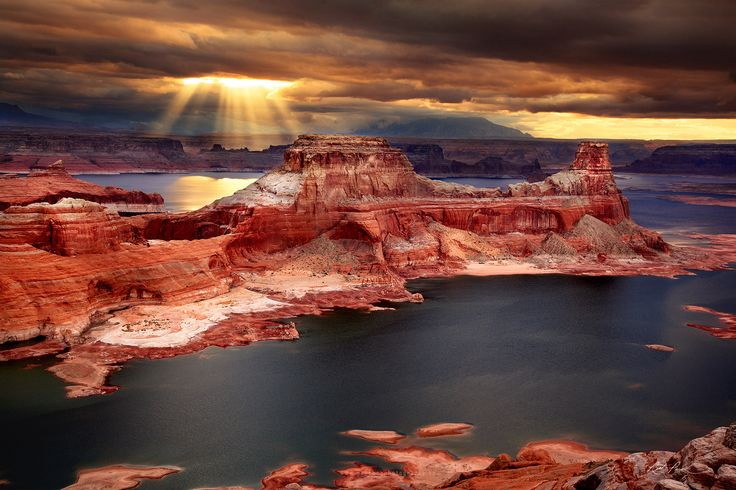 Sunrays over Lake Powell