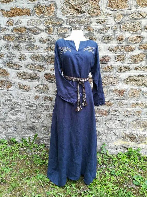 Wikinger-Kleid aus blauem Leinen Stickereien Hugin und Munin
