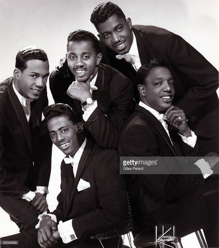 Photo of David RUFFIN and Eddie KENDRICKS and Melvin FRANKLIN and Otis WILLIAMS and Paul WILLIAMS and TEMPTATIONS; Posed studio group portrait - Clockwise from left: Eddie Kendricks, Melvin Franklin, Otis Williams, Paul Williams, David Ruffin - posed, group shot