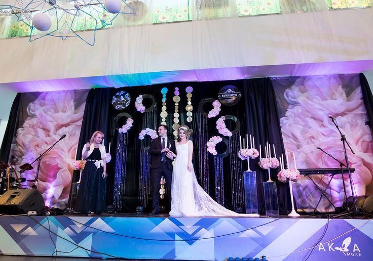 Работа большой команды  Royal Style: Свет, звук, аплайтинг @kirillgolovko Ведущий @umnov13  Декор @decor.vesna Свадебные платья, галстуки бабочки @tatyana.golovko , а также Декор и Флористика @magiasvetov073  на I Ежегодной свадебной выставке товаров и услуг в  ТРЦ Аквамолл @aquamall_73 .  Организация: @lovely_day_wed , @nadejda_kitova . Фото @kirillgolovko #свадьбаваквамолле# #justmarried #ulsk #свадебноеоформление #свадьбавульяновске #свадьбаульяновск #свадьба73 #свадьба #ceremony #wedding…