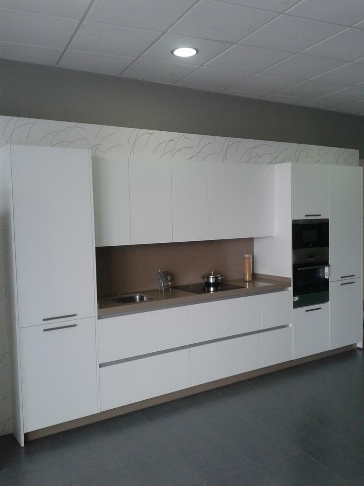 Muebles de cocina en laminado blanco con tirador en el propio casco del mueble silestone y - Tirador mueble cocina ...