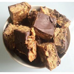 Snickers i all ära! Detta recept är gudomligt ! Du behöver 1 burk eco osötat jordnötssmör (LÄNK) (alt så mixar du själv ditt egna jordnötssmör)  ca4 dl cornflakes såklart osötade  3 -4 msk fibersirap (LÄNK)  100 g choklad gärna mörk & sockerfri (LÄNK)  + några droppar stevia choklad för smakens skull ! (LÄNK) Valfritt går lika bra utan dessa också !
