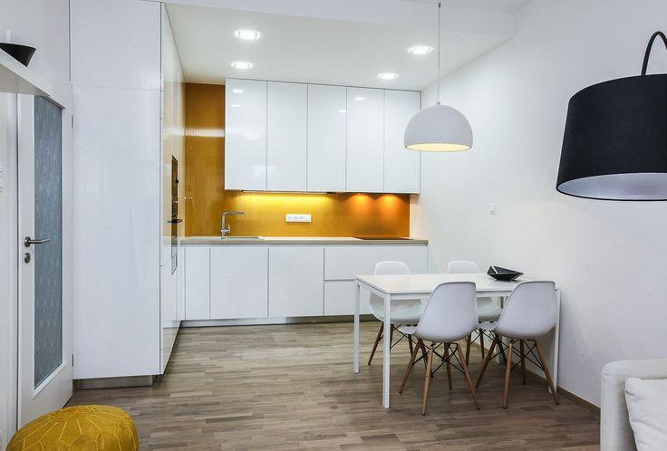 V obýváku s kuchyní o velikosti 25 metrů čtverečních je dřevěná podlaha v provedení bělený dub, která místnost příjemně proteplí.