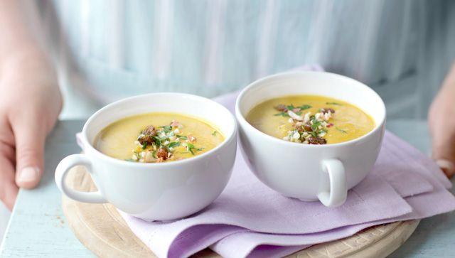 Sopa de curry indio con topping de mezcla de frutos secos y pasas