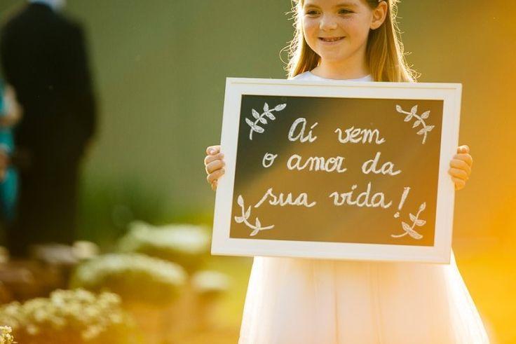 Daminha   Dama de honra   Vestido da daminha   Daminha moderna   Inesquecível casamento   Daminha fofa   Daminha levando placa   Aí vem o amor da sua vida   Wedding   Inesquecível Casamento