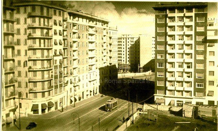 Roma Sparita - Via Catania con sullo sfondo piazza delle Provincie, dove si nota la mancanza di un palazzo ancora da costruire. C'è anche un vecchio tram linea 9.