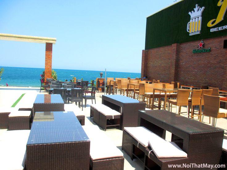 Ghế Quầy Bar Nhựa giả mây do Công Ty Minh Thy sản xuất và cung cấp cho King Beer Club tại Phan Rang , Đây là nơi giải trí và ẩm thực hàng đầu tại thành phố Phan Rang, Ghế quầy Bar sản xuất bằng khung nhôm được đặt cạnh bãi biển trong một không gian thoáng mát và sang trọng làm tăng thêm vẻ đẹp cho khu vực này
