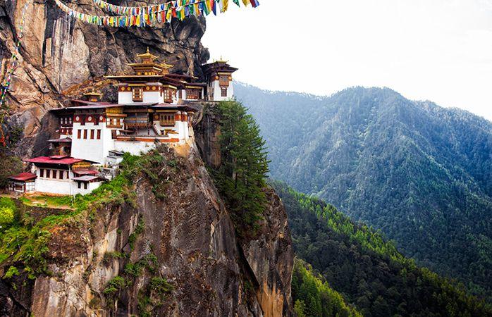 O templo budista Ninho do Tigre localizado no penhasco do vale de Paro, no Butão.