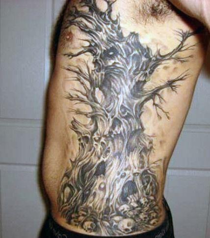 męski tatuaż na boku
