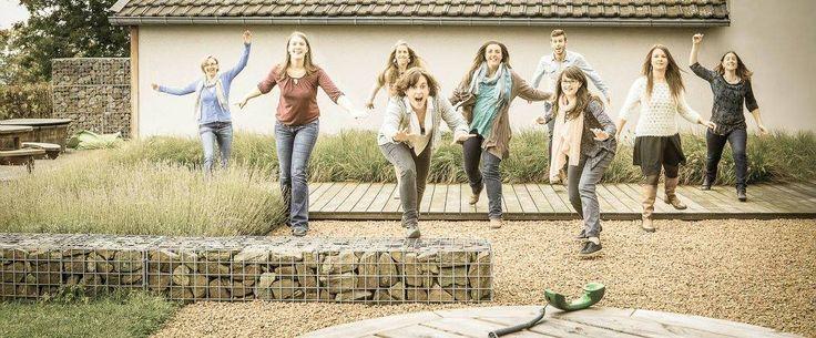 Mooie combinatie van grind, houten looppad, grassen en steen. Heel geslaagd. Nevermind the people :-)