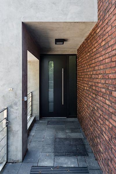 Do domu se vstupuje dveřmi v antracitové barvě.