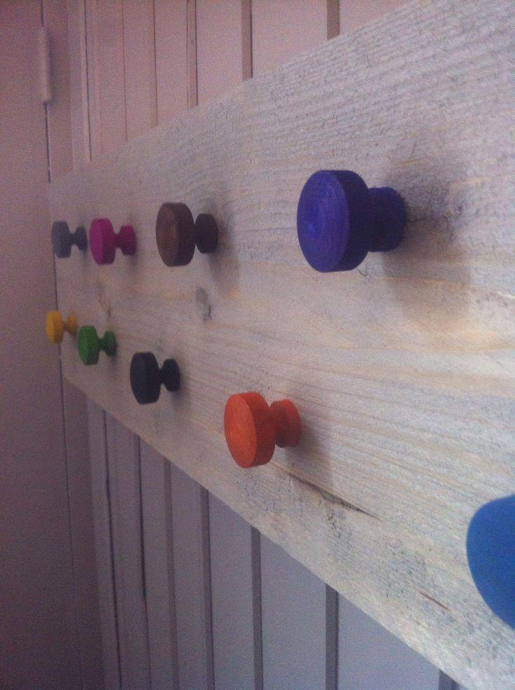 Kinderkapstok, knopjes met stift gekleurd.