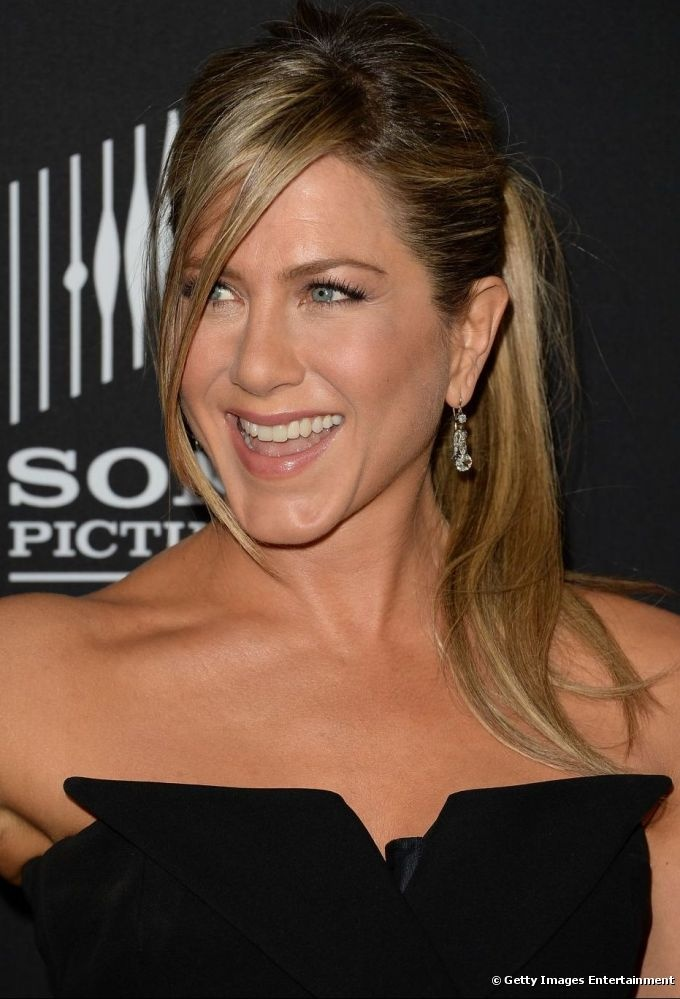 Jennifer Aniston usó un flequillo lateral e hizo el look más romántico.