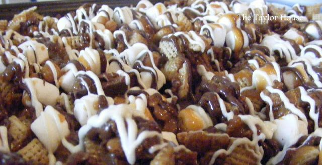 Chex Mix Recipes: Caramel Chex MixTaylors House, Chocolates Caramel, Mixed Recipe, Caramel Chex, Gift Ideas, Favorite Recipe, Yummy Treats, Chocolate Caramels, Chex Mixed