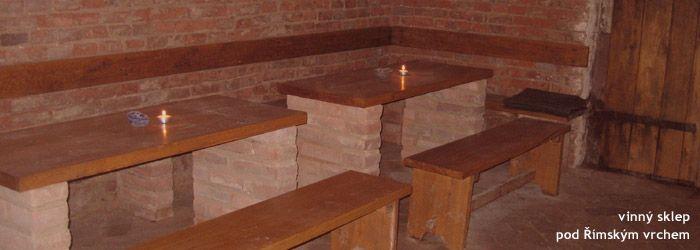 vyzděné nohy u stolů i lavice podél zdi - moc pěkné