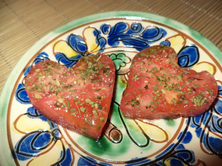 Inimi Din Rosii Cu Leustean / Tomato Hearts With Lovage https://vegansavor.wordpress.com/2015/06/20/tomato-hearts-with-salt-pepper-and-lovage/ #vegan #rosii #leustean #tomatoes #lovage