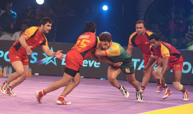 #pro #kabaddi #league #players  Patna Pirates #RaviDalal tries to escape from the #defending #wall of #BengaluruBulls