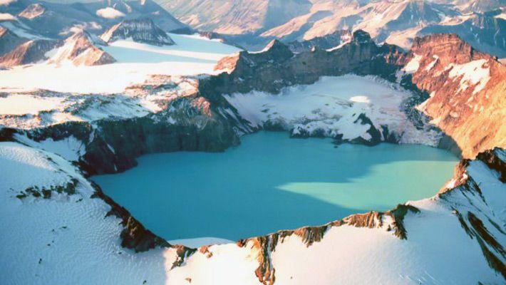 Mount Katmai (SUA) 26 de poze incredibile cu lacurile de crater - galerie foto. Vezi mai multe poze pe www.ghiduri-turistice.info Sursa : http://en.wikipedia.org/wiki/File:Katmai_Crater_1980.jpg