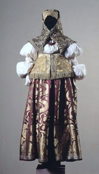 Festive attire of a married woman from Nizhny Novgorod Province, Russia. The 19th century. An exhibit from the Russian Museum of Ethnography. #Russian #folk #national  #costume