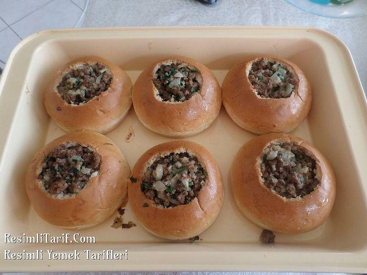 İzmir' de ramazan ayında fırınlarda, dolma yapmak için ekmek çıkar. Tencerede tavuk suyuyla ıslatarak pişirilir. Dolma ekmeğini her zaman bulamadığımdan ben hamburger ekmeğiyle yapıyorum arada. Biz severek yiyoruz.. Denemenizi tavsiye ederim. Afiyet olsun.
