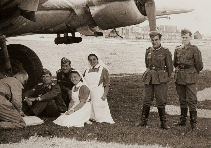 mecánico, tte Menendez (piloto durante una época del Junkers) y tte (Tropas)Fernandez Tomé, de palique con enfermeras españolas de la División Azul