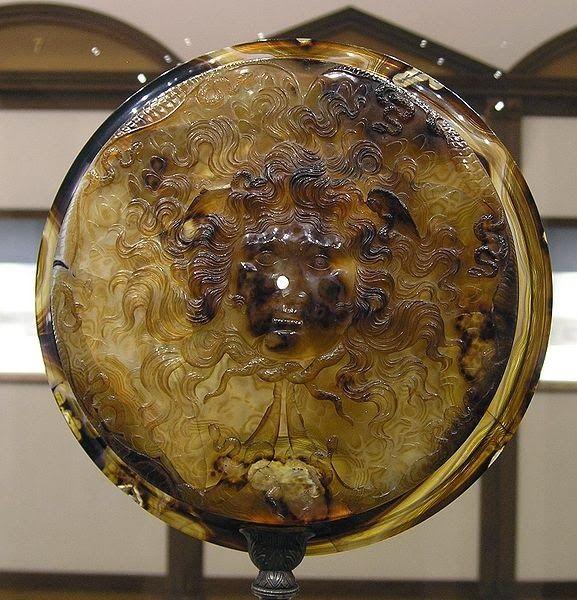 Sur cette face  de la Tasse Farnese est représentée une grande tête de Gorgone. C'est un monstre féminin avec des serpents dans les cheveux et des yeux terrifiants pour éloigner les ennemis et le mauvais sort.  Cette coupe  fut peut-être ramené en Occident par les croisés, après le sac de Constantinople en 1204. Elle se trouve au musée de Naples