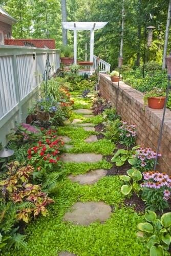 Pretty garden path.Secret Gardens, Gardens Design Ideas, Gardens Paths, Garden Paths, Step Stones, Side Yards, The Secret Garden, Small Spaces, Eclectic Exterior