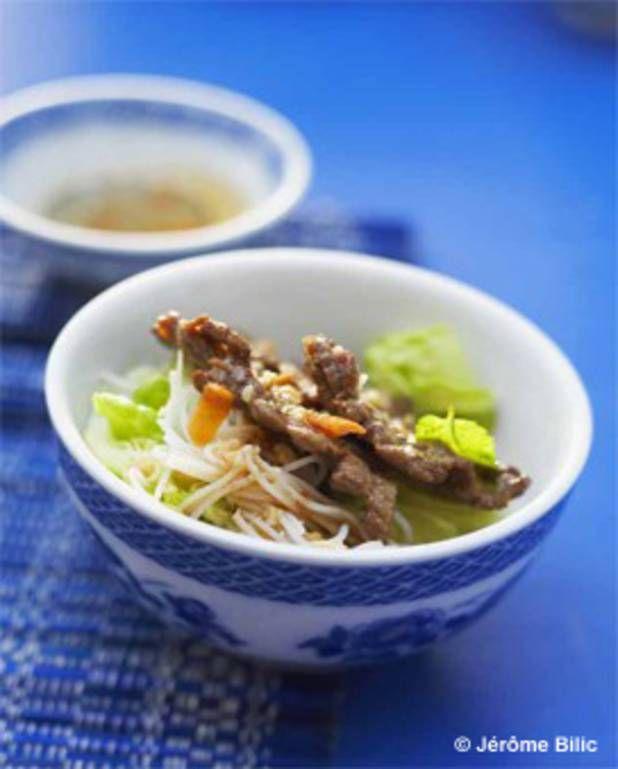 Invitez l'exotisme à votre table avec cette recette rafraîchissante de bò bún, la légendaire salade vietnamienne de vermicelles au bœuf mariné !