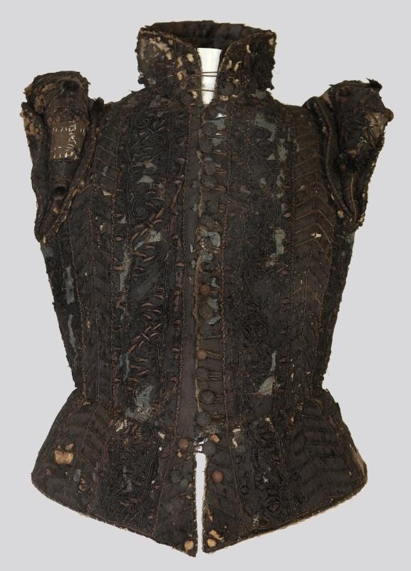 Frauenwams (Oberkleidung)    Inventarnummer:  T832  Datierung:  um 1580  Material/Technik:  Seidensamt, bestickt, Futter Seide, Versteifung Leinengewebe, Wolle, Fischbein