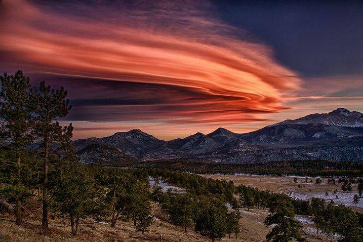 Nuage lenticulaire au-dessus des montagnes Rocheuses du Colorado
