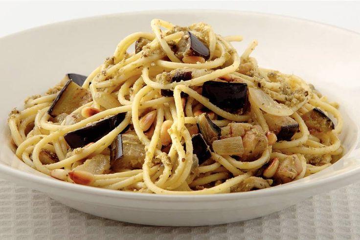 Kijk wat een lekker recept ik heb gevonden op Allerhande! Spaghetti met aubergine en pesto