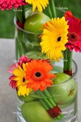 Centro de mesa primaveral... yo le agregaría unas ramitas y las manzanas rojas en lugar de verdes.... Las flores le dan un toque alegre, para que no sea muy otoñal...