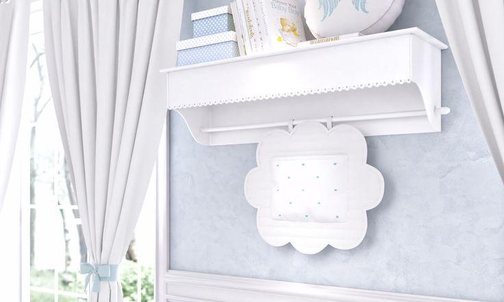 O Quarto de Bebê Anjo Azul é perfeito para decorar e cheio de itens que facilitam a organização do ambiente. Um deles é a prateleira, que conta com um varão para você usar um porta-fraldas especial!