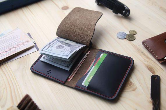 Diese Geld-Clip Bifold Geldbörse aus Leder hat Abdeckung links, unter denen gibt es ein Metall Flip für Bargeld aus allen Währungen Rechnungen. Und unter ihm, ist eine weitere versteckte Tasche für mehr Geld oder andere Gegenstände, Karten, etc.. Der rechten Seite hat zwei Fächer für Kreditkarten oder andere verschiedene Dinge.  Geldbörse halten mindestens 2 Karten in jeder Tasche, die es um mehr Material über passen Schimmel wird im Zeitraum zu brechen. ………………………………………………………..  Diese…