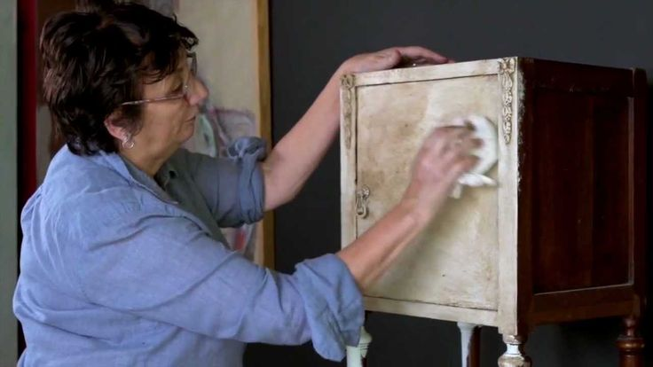 Annie Sloan - Chalk Paint® tutorial No.1 - one-colour distressing technique with dark wax. #ivebecomesolame #anniesloan #painting