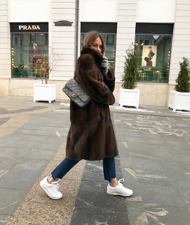 Oversized brown Faux fur coat and Chanel bag   winter style   winter fashion   winter outfit   streetstyle   style inspiration