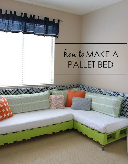 How to Make a Kids Pallet Bed SO perfect for annie's room to watch tv and sleep - {tutorial by Project Nursery} #DIY #pallet #kidsroom