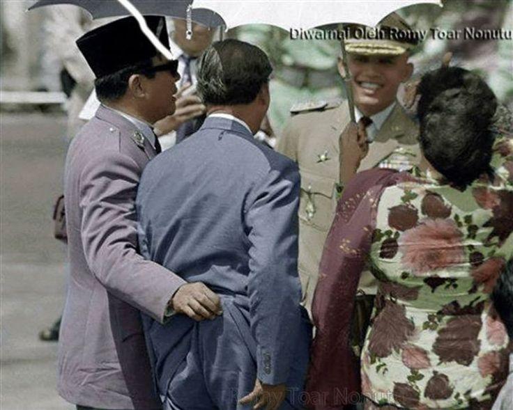 Seakan-akan Soekarno mengambil dompet Leimena.