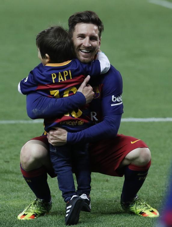 Otra tierna imagen de Leo Messi con su hijo Thiago, que lucía uan camiseita con al leyenda 'Papi'. FOTO: PEP MORATA - MD