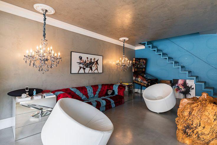 Decoração moderna, decoração ousada na medida certa, sala de estar, sala, sofá vermelho, luz natural, obras de arte, parede azul.