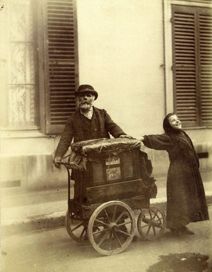 """Atget """"Chanteuse de rue et joueur d'orgue de Barbarie"""" Paris, 1898"""