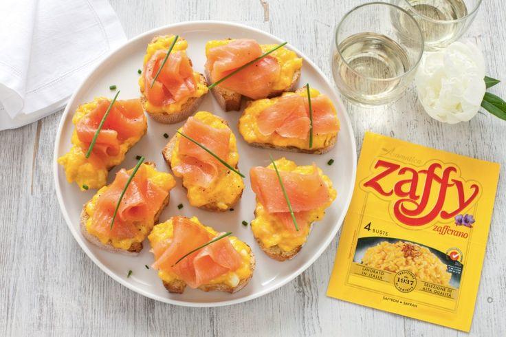 Crostini con uova strapazzate allo zafferano e salmone affumicato