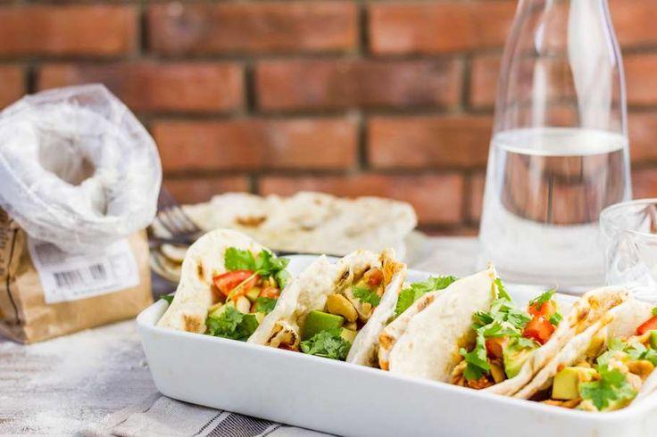 Recept voor soft taco's voor 4 personen. Met zout, water, olijfolie, peper, kippenbout, tomatensaus, cashewnoot, bloem, avocado, tomaat, rode ui, cayennepeper en knoflook