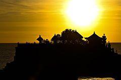 Bali — Wikipédia Bali est une île d'Indonésie située entre les îles de Java et de Lombok. Elle fait partie des petites îles de la Sonde. Sa superficie est de 5 637 km2. La population de l'ensemble des îles de la province de Bali était de 3 890 000 habitants en 2010, soit une densité de 690 habitants/km2. Administrativement, l'île fait partie de la province du même nom et accueille sa capitale (ibu kota), Denpasar, dans le sud de l'île.