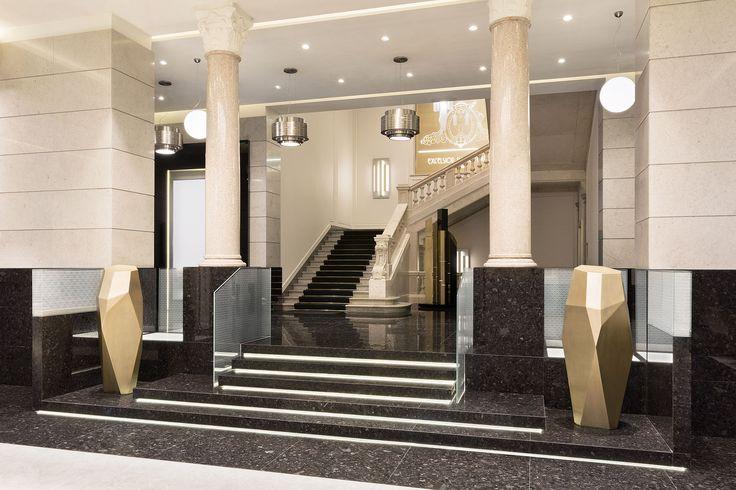 Hotel Gallia torna a splendere con l'impianto elettrico della serie Idea di Vimar. Scala - lampadario.