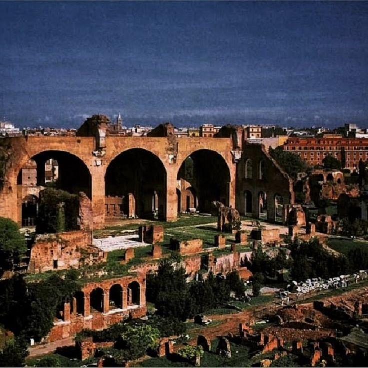 Maxentiuksen basilikan kolme suurta holvia ovat vaikuttava jäänne aikoinaan Forum Romanumin suurimmasta rakennuksesta. Forumin pohjoispuolella sijaitsevan Velia-kukkulan rinteessä sijaitsi antiikin…