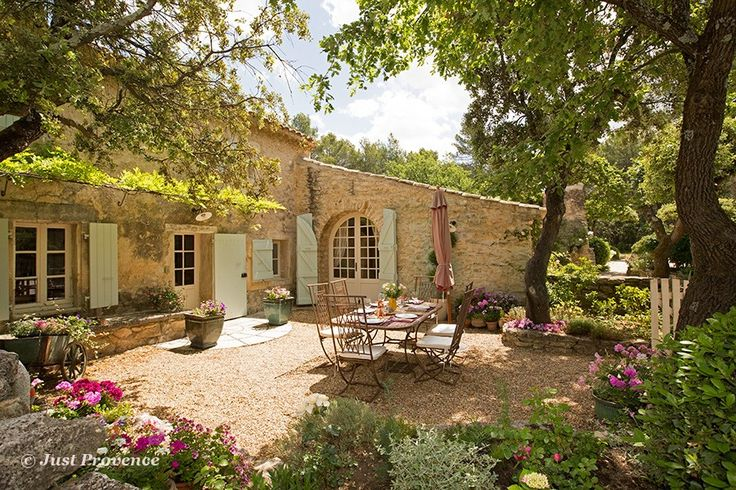 A renovated sheepfold near Ménerbes, Provence, Luberon, France.